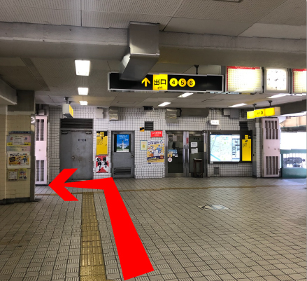 改札を出て4番出口方面(左側)へ曲がります。