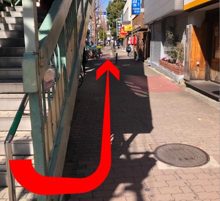 階段沿い(左側方向)に進みます。