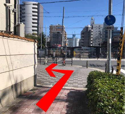 JRの線路が見えたら角を左に曲がります。